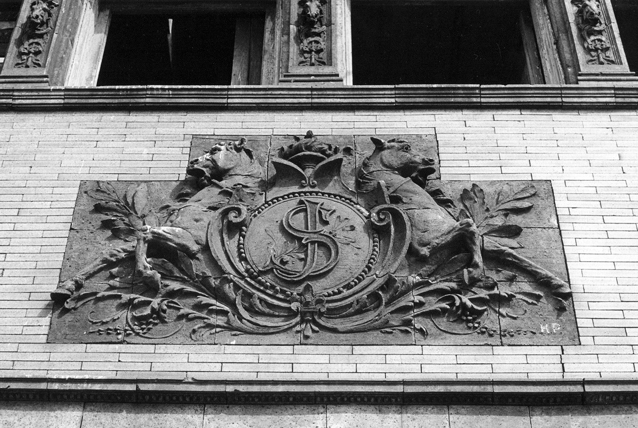 Carriage house crest
